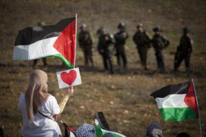 palestinians-facing-israeli-soldiers